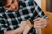 Lukáš Blaha z Němčiček na Břeclavsku vyrábí ve své dílně originální výrobky z kůže a dřeva.