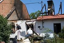 Požár rodinného domku ve Velkých Hoštěrádkách.