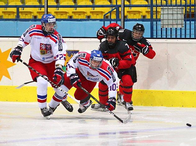 V přípravě na Hlinkův memoriál prohrála česká hokejová reprezentace do 18 let (v bílém) v Břeclavi s Kanadou 1:3.