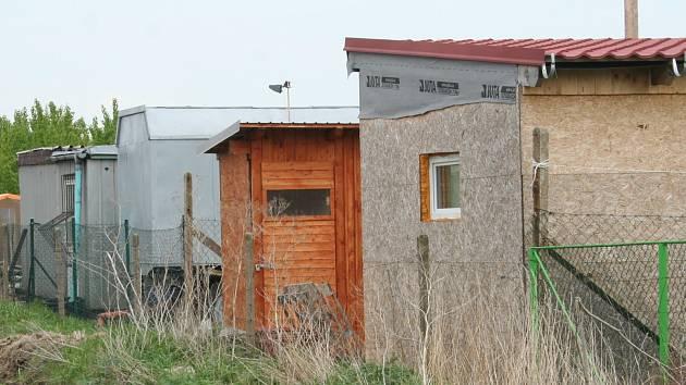 Černé stavby hyzdí obecní část Nové Mlýny v Přítlukách. Jde o maringotky i další obydlí.