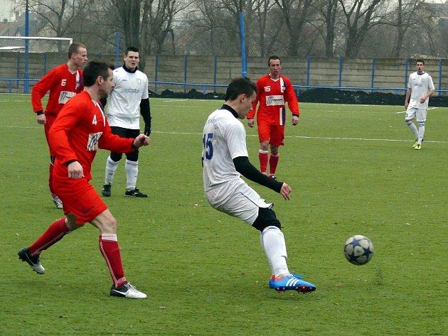 Břeclavští fotbalisté (v bílém) přišli o vítězství s Líšní v samém závěru.