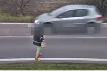 Policisté přijali hned několik oznámení, že se na silnici ve směru na Valtice pohybuje podivně oděný a očividně i opilý muž.
