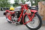 """Asi šedesátka motorkářů na strojích anglických značek křižovala v pátek Břeclavskem. Na cestu se vydala i nejstarší """"mašina"""" z roku 1916. Po poledni se účastníci jízdy zastavili v Penzionu Mlýn u Sedlece."""