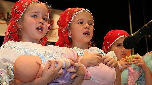 Na podporu nemocných rakovinou zazpívaly také děti z velkobílovické mateřské školy.