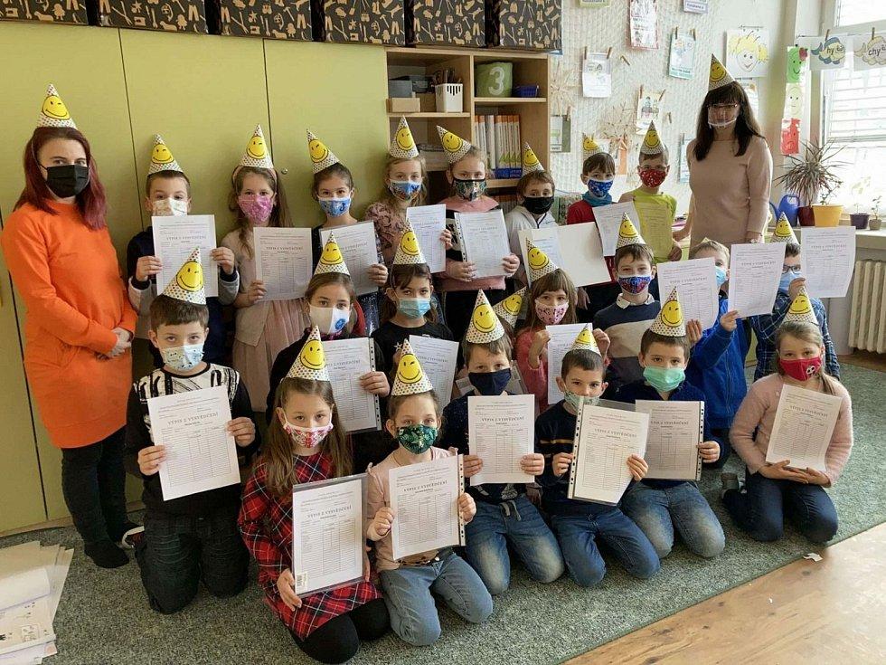 Děti z 2. A ze ZŠ Nádražní v Hustopečích se radují z vysvědčení.