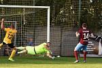 Fotbalisté Krumvíře (ve žlutých dresech) porazili v 6. kole krajského přeboru Mutěnice 4:2.