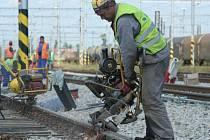 Rekonstrukce břeclavské železniční stanice postoupí začátkem června do další fáze. Ve střední části stanice létaly od kolejí jiskry i v pondělí. Stavebníky při tom míjely vlaky.