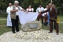 Památník za desítky zavražděných obyvatel odhalili v neděli Ludvík Nešpor a Ladislav Kovačka ve tvrdonickém parku. Posvětil jej farář Jan Piler za přítomnosti krojované chasy.