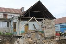 V Lanžhotě spadla v pondělí obvodová zeď rodinného domu v Lesíčkové ulici. Nikomu se nic nestalo. Hasiči místo nehody zajistili.