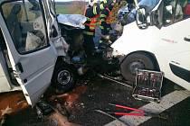 Čtyři zraněné musela ošetřit záchranná služba po nehodě dvou dodávek na silnici I/52 u Mikulova. Na místo přiletěl i vrtulník.