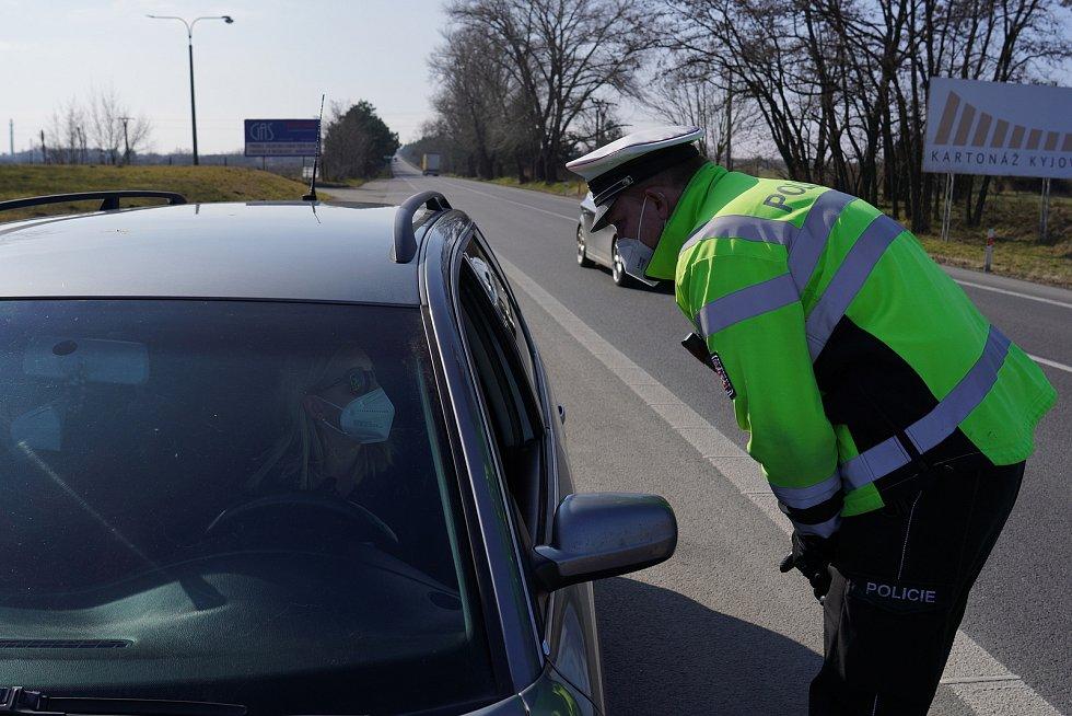 Omezení cestování mezi okresy. Na dodržování opatření v pondělí po poledni dohlížela policejní hlídka také na tahu mezi Břeclaví a Hodonínem. Kontrolovala řidiče nedaleko Lužic.