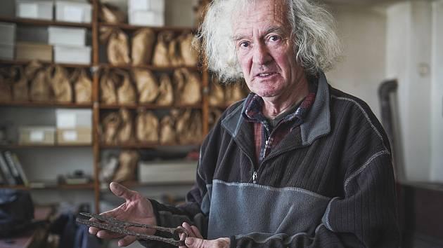 Pavel Čáp v dílně archeologické stanice na Pohansku u Břeclavi restauruje a dokumentuje nálezy z vykopávek, ale i vyrábí zdařilé napodobeniny velkomoravského šperku.