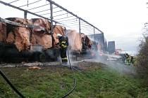 Rozsáhlý požár bulharského kamionu likvidovali ve středu odpoledne hasiči na dálnici u Podivína.