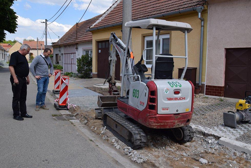 Starosta Jiří Osička a místostarosta Bedřich Pola kontrolují pokračování oprav chodníků