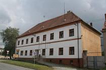 Současný pohled na chátrající zámeček ve Velkých Pavlovicích.