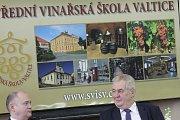 Prezident České republiky Miloš Zeman navštívil střední vinařskou školu ve Valticích, kde diskutoval s tamními studenty. Do diskuze s obyvateli se zase zapojil na zámku v Mikulově.
