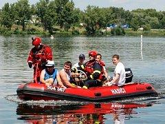 Hasiči a vodní záchranáři trénovali v sobotu po poledni spolupráci při cvičném požáru parníku v pasohláveckém kempu Merkur.
