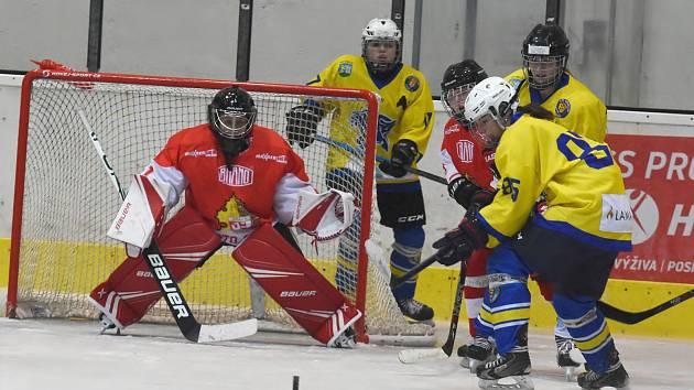 Břeclavské hokejistky (ve žlutých dresech).