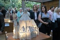 Miniatura poštorenského kostela ještě v pavilonu poblíž vlakového nádraží. Odtud se přesunula do Lichtenštejnského domu.