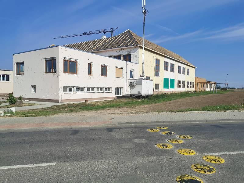 Do budovy neoveské základní školy již při dešti nezateče. Dřevěné krovy včetně velkorysých prostor pro učebny v půdní vestavbě jsou hotové.