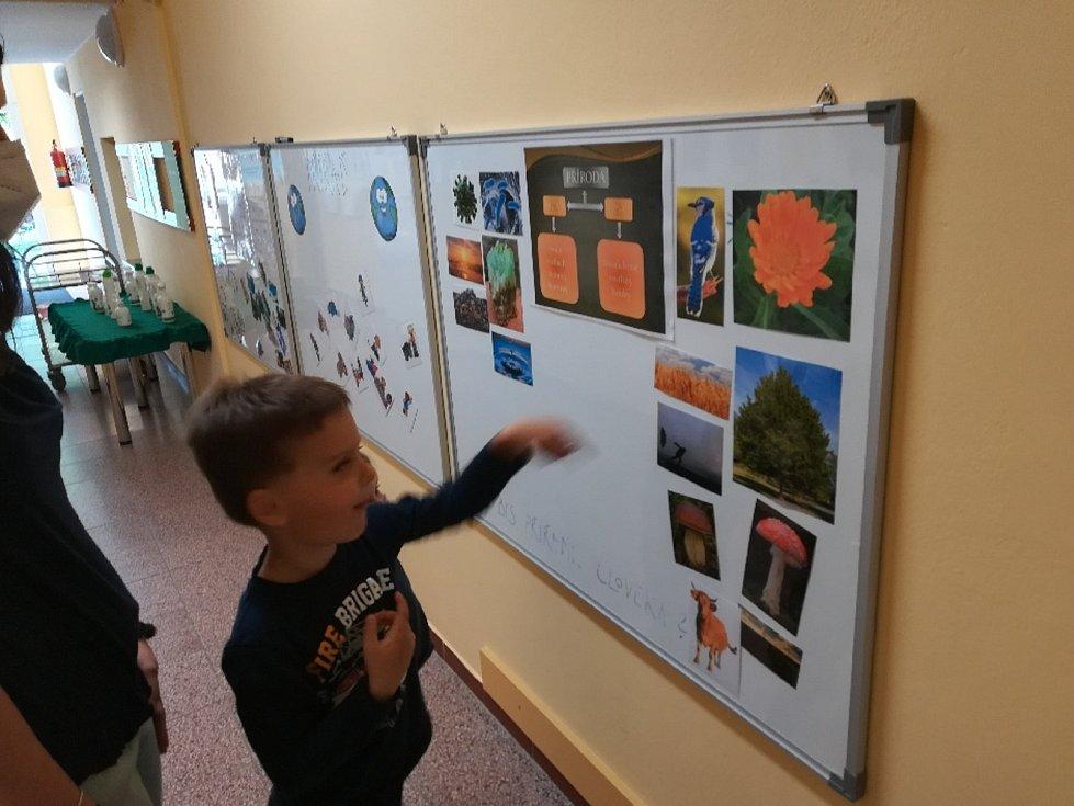 Děti se zábavnou formou učí, jak mají být šetrné k přírodě.