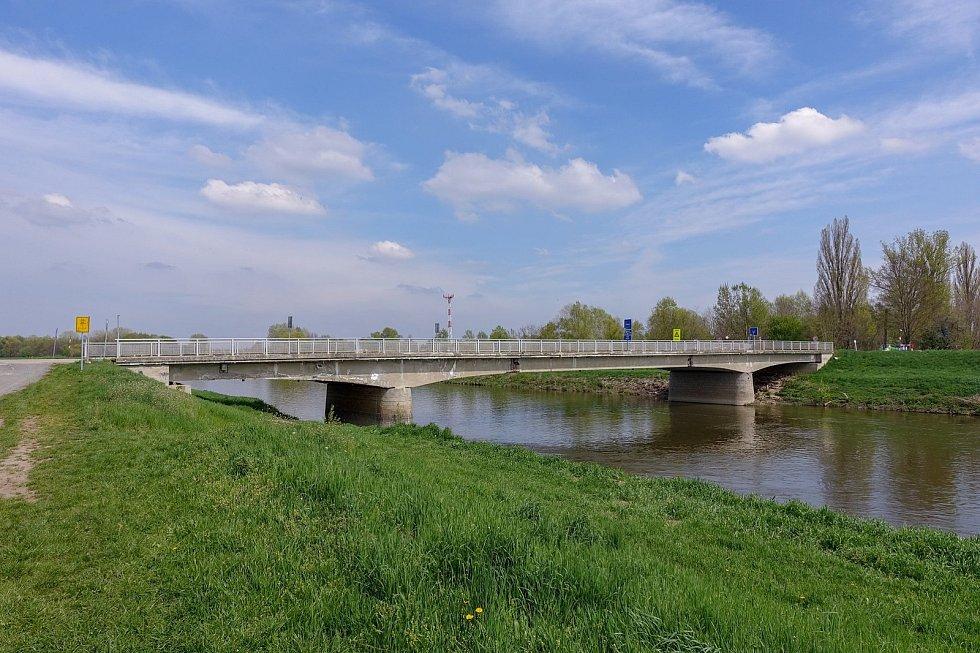 Z výletu k soutoku Dyje s Moravou. Morava a starý most do slovenských Kútů. Za zády mám výrazně větší dálniční most (D2).Odtud jsme jeli přes Lanžhot zpátky k Pohansku a již známou cestou do Břeclavi. Tam je u nádraží cukrárna s  výbornou zmrzlinou.