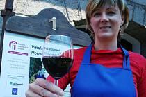 Návštěvníkům otevřených sklepů na Podluží nabízela víno například Eva Halouzková z neoveského Vinařství Glosovi.
