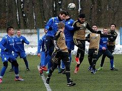 Břeclavtí fotbalisté (v modrém) převálcovali znojemské mladíky.