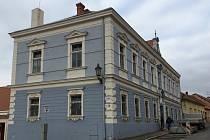 Dělníci přestavují budovu bývalého katastrálního úřadu v Mikulově na nové byty.