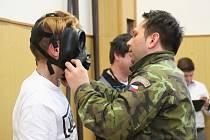 Vojáci z Vojenské akademie ve Vyškově zavítali na Základní školu Valtická v Mikulově, kde tamní žáky seznámili s programem s názvem Příprava občanů k obraně státu.