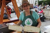 Na mikulovském Náměstí si v sobotu přišli na své milovníci sýrů. Své výrobky zde představilo dvanáct sýrařů. Přilákali více než tisíc návštěvníků. Festival pokračoval i v neděli.