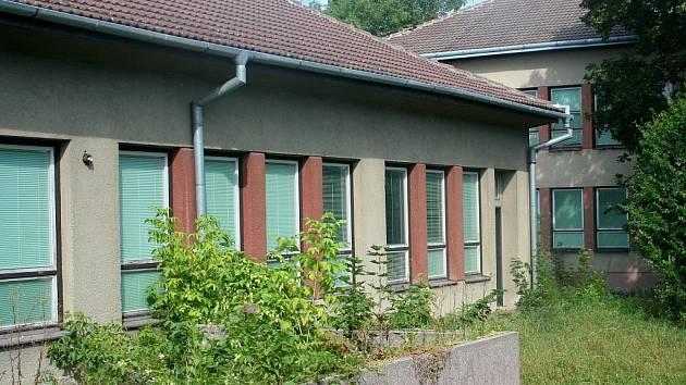 Zchátralá budova bývalé mateřské školy Na Pěšině v Břeclavi.