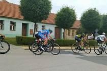 Cyklisté projeli Šakvicemi. Jedou z brněnského Veledromu a cíl mají opět v Brně na hradě Špilberk.