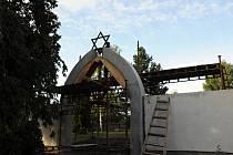 Po dlouhých letech povstane ze zapomnění neudržovaný a zničený židovský hřbitov v Hustopečích. Díky iniciativě města. V osmdesátých letech téměř zmizel, když byl přeměněný na park. Na snímku je obnovovaná brána hřbitova.