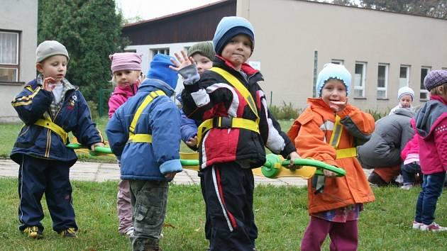 Bezpečí pro děti a usnadnění práce učitelů má přinést chodítko zvané Walkodile. Na procházku s krokodýlem se ve středu poprvé vydaly i děti z Mateřské školy v Lednici.