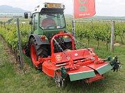 Návštěvníci na Kázání ve vinici v Popicích na Břeclavsku otestovali vinohradnickou techniku.