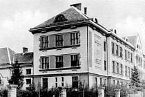 Masarykova základní škola Lanžhot slaví 95 let. Na snímku z roku 1939, ještě před poškozením válkou.