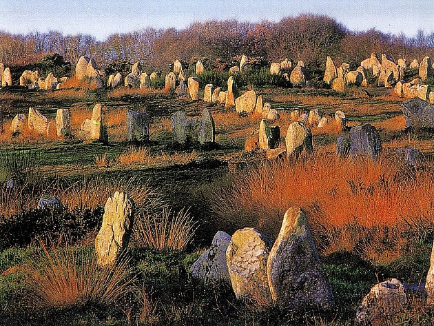 Eneolitické menhiry v Carnacku (Francie).