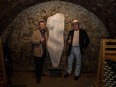 Sochu Venuše, kterou pro vinařské centrum vytvořil akademický sochař Arnold Bartůněk, odhalil v sobotu před polednem ve sklepních prostorách společně s autorem také herec Václav Postránecký. Ten se zároveň stal kmotrem Pálavské galerie.