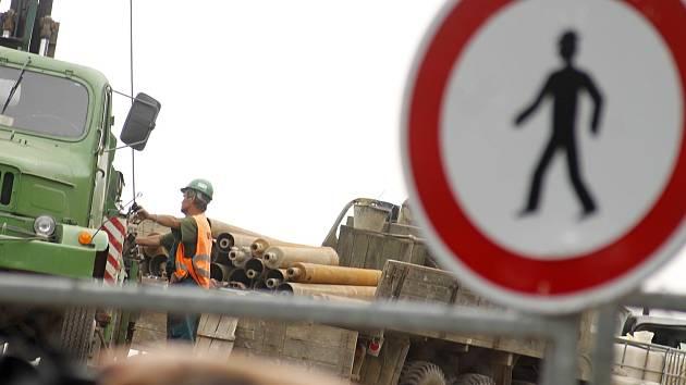 Silnice mezi Dolními Věstonicemi a Pavlovem je nadále uzavřená.