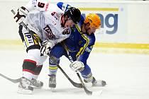 Břeclavští hokejisté (v modrém) si doma vyšlápli na brněnskou Techniku.