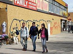 """Nepovolená stavba, kterou už stačili """"vylepšit"""" sprejeři, zakryla část podloubí obchodní zóny poblíž břeclavského Shopping centra."""