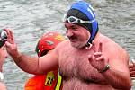 Tradiční štěpánské zimní plavání přilákalo do Břeclavi desítky plavců a stovky přihlížejících.