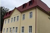 Opravená budova bývalé základní školy v Divákách slouží jako sociální bydlení.
