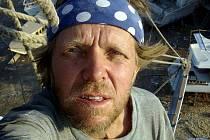 Čtyřiapadesátiletý dobrodruh Luděk Kocourek má z plavby po moři nezapomenutelné zážitky. Jako strojník musel na replice pirátské lodi pomáhat se vším.