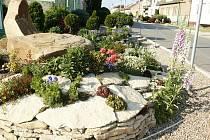 Pečlivě poskládané kameny okrasné zahrady mají ustoupit kvůli navazujícímu přechodu pro chodce.
