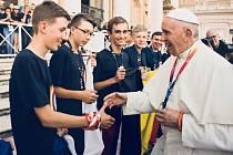 Mladý ministrant Martin Grůza si potřásl rukou s papežem
