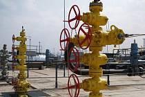 Firma Lama Investments těží v blízkosti železniční tratě Staré Břeclavi zemní plyn.
