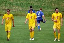 Fotbalisté Vrbice (ve žlutém) prohráli v exhibičním utkání s hokejisty Karlových Varů 2:4.