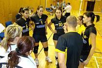 Trenér Petr Baránek uděluje svým svěřenkyním pokyny.